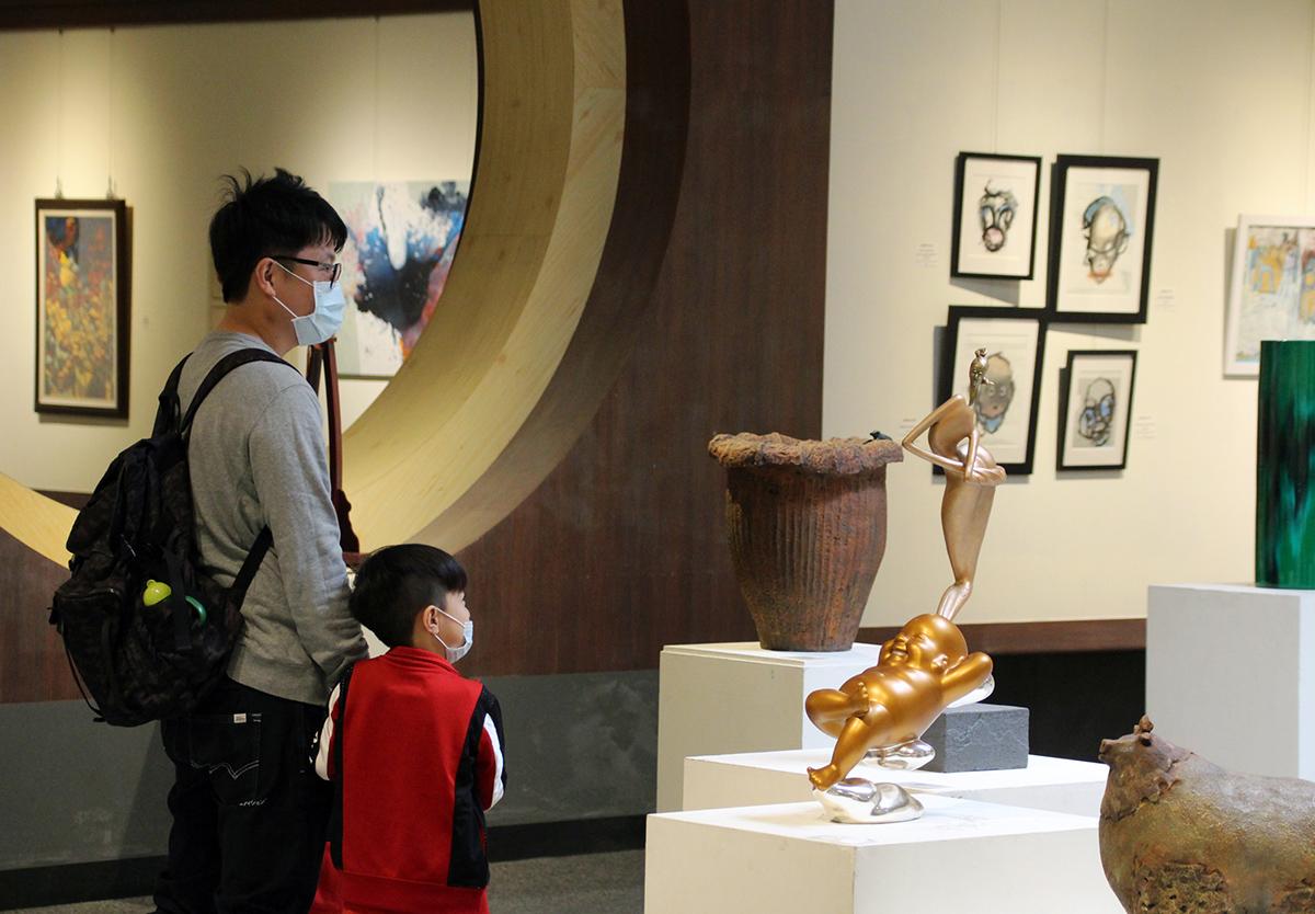 民眾帶小朋友參觀台美國際美術文化交流展