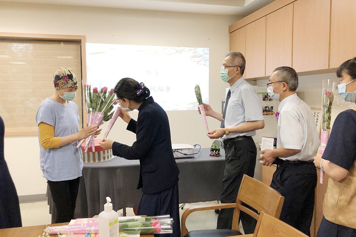 慈濟志工一一獻花表達祝福。