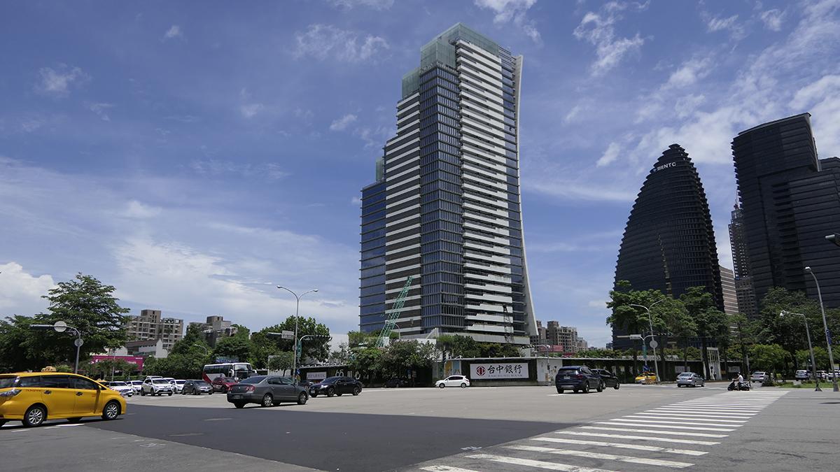 2014年臺中銀行以57.5億元向興富發建設取得土地,台中之鑽預計開挖深度達34.6公尺,是目前台灣挖最深的地基,未來落成後,將成為臺中市首棟高度超過兩百公尺的大樓。