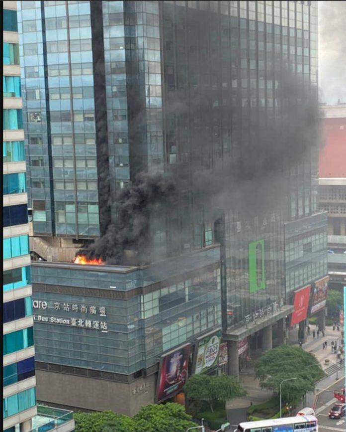 台北市大同區京站時尚廣場的君品酒店宴會廳,19日下午3時許發生火警,疑似因5樓露台外的排煙管起火,火勢燃燒、黑煙直竄