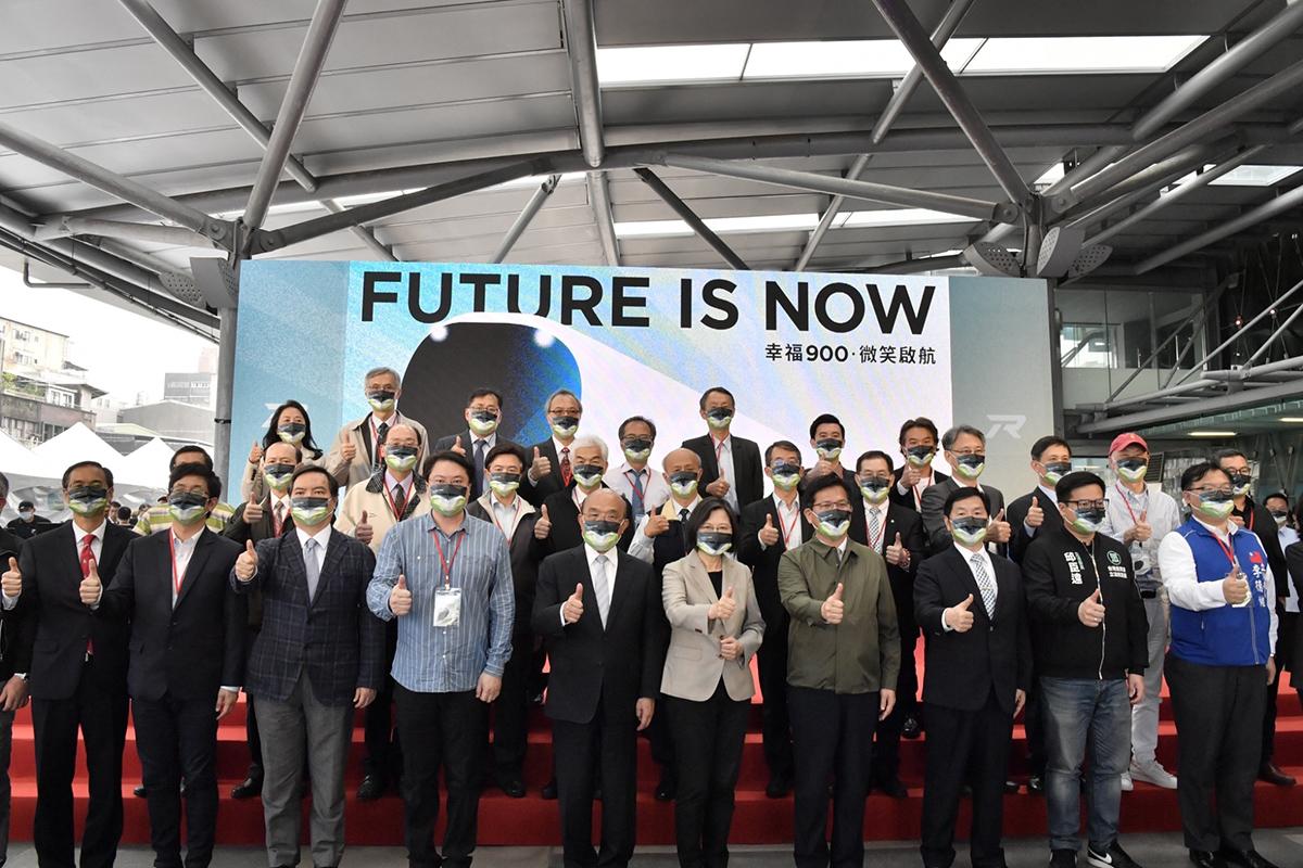 今日首航典禮,由蔡總統、蘇院長等人轉動鑰匙啟動首航列車模型,象徵「幸福900 微笑啟航」後,大家一起熱鬧合影。
