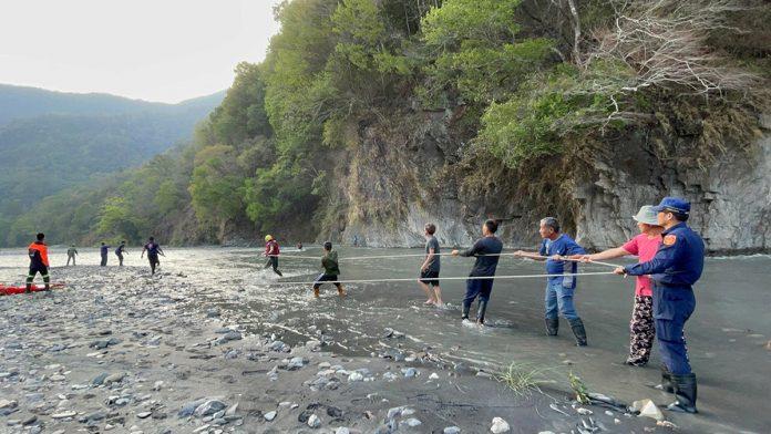 拍攝美景照片不慎踩空跌落溪谷沙洲 勇警獲報全力搶救