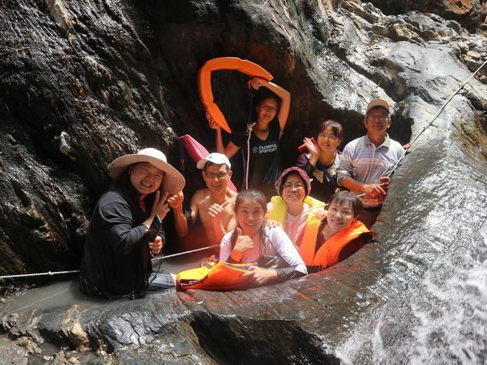 水沙連社區大學的師生也趁機進入更上游的馬海濮溪去探訪秘境