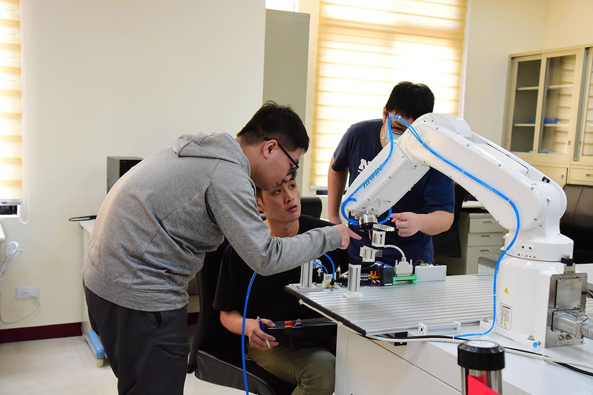 屏科大達人學院「工業機器人跨域教學實驗室」,引導學生實作訓練培養扎實技能。(國立屏東科技大學提供)