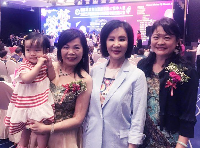 良玉同濟會創立於1988年,創會長鐘家蔆(中)祝賀今年受表揚的良玉會模範母親與簡淑惠(左)及廖淑美(右)合影