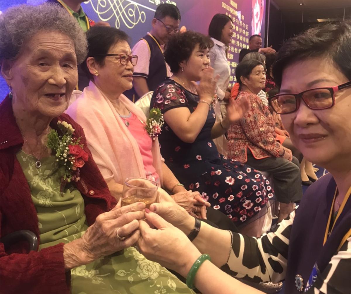 紫饌會會姐紀美珠,在台上為99歲的媽媽,模範母親紀童湖奉茶