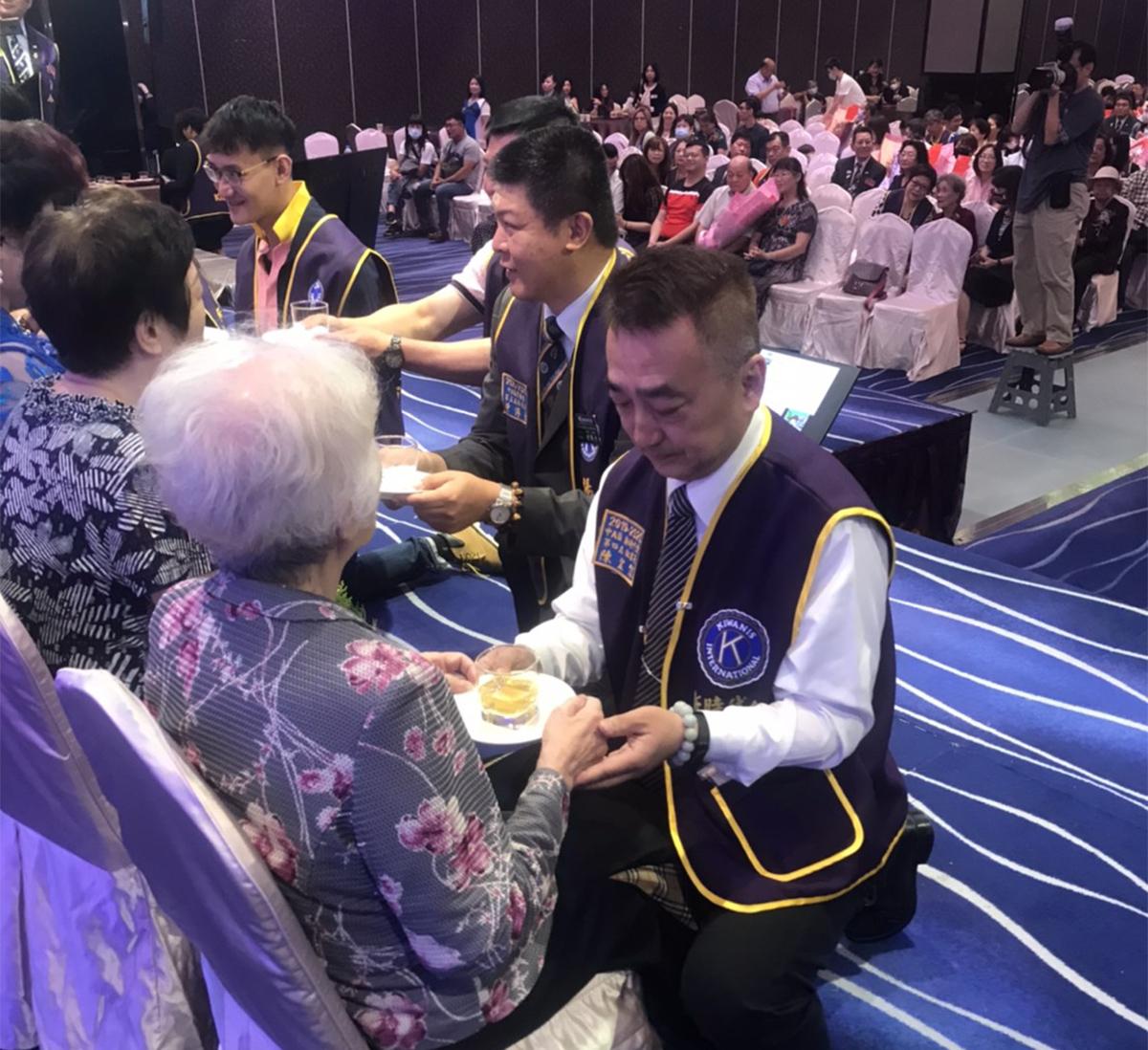 新時代會會兄陳宏信事母至孝,在模範母親表揚大會中,上台跪著奉茶給母親林秀卿女士