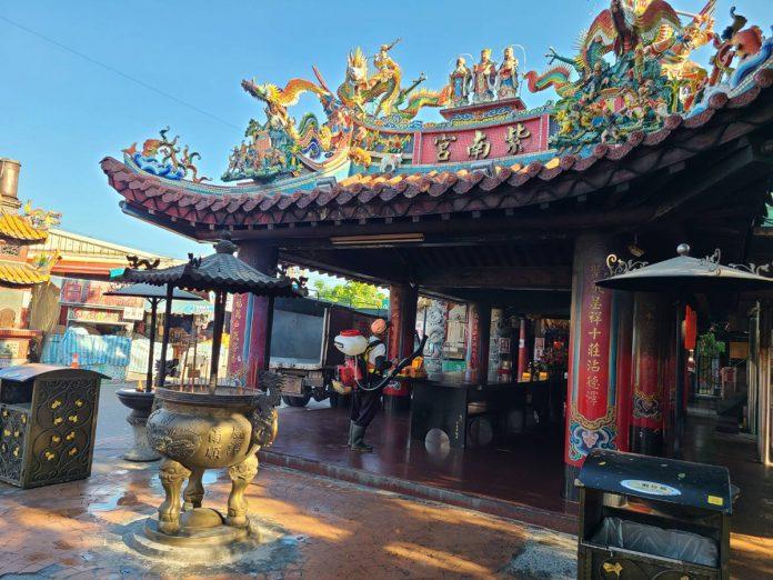 昨日網路瘋傳基隆市COVID-19的確診個案曾經訪過竹山過紫南宮進香今天早上六點就開始進行宮廟消毒,加強防疫。