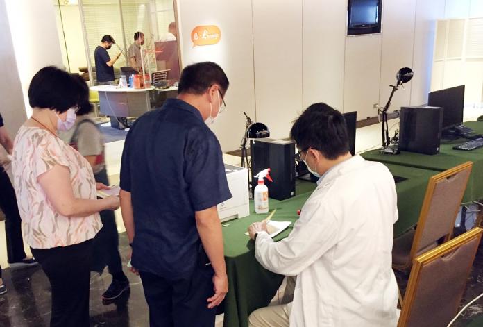 旅館工作人員由進駐之醫護團隊施打疫苗,保護自己也保護他人。