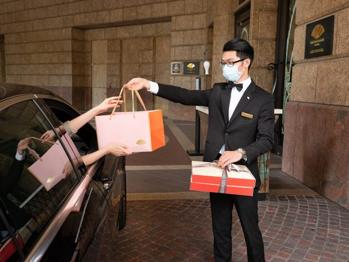 台北文華東方酒店於酒店大廳正門的禮賓服務台提供免下車取餐服務