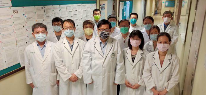 洪明奇院士(中)帶領的中國醫大抗新冠科研團隊-800
