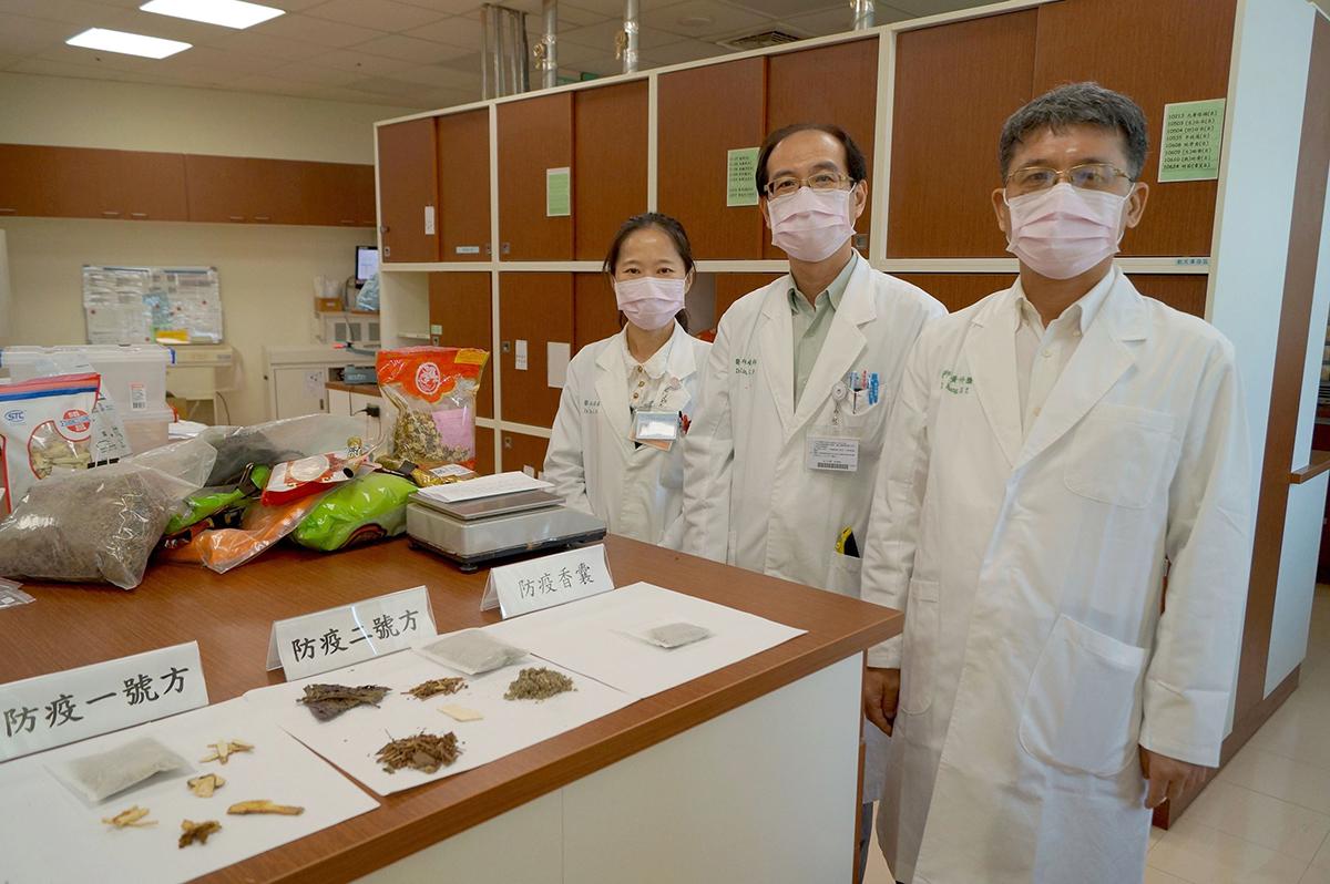 黃升騰部長帶領的中醫團隊林峻邦主任和林莉華醫師(右起)