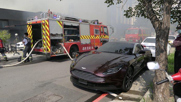 台中市14日下午2點多西屯區福星西路一家超跑車行旁倉庫發生火警,由於超跑價值超過億元,形成超跑停在消防車旁的景象。