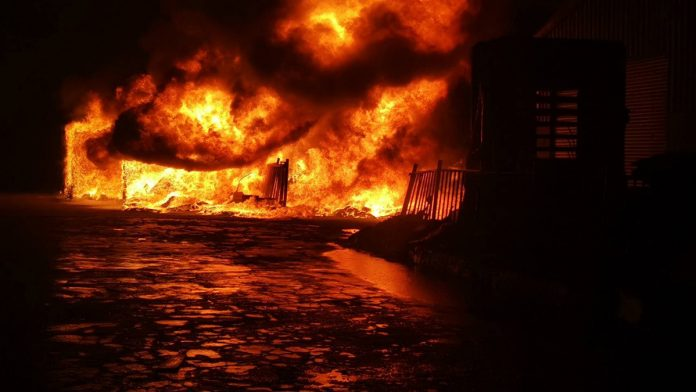 台中市大肚區沙田路一處泡綿工廠23日凌晨發生火警,火勢一發不可收拾,現場一片火海