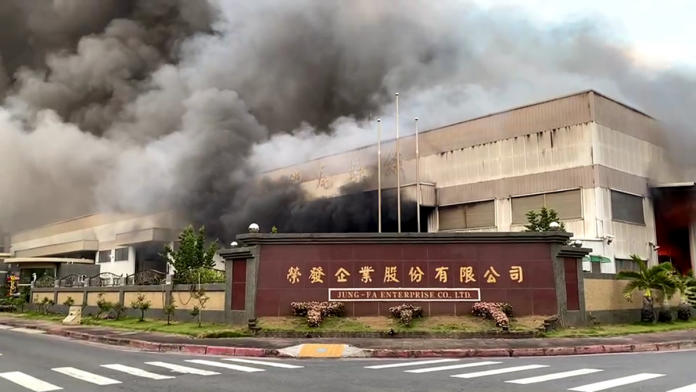 岡山螺絲工廠大火 濃煙密布直竄天際
