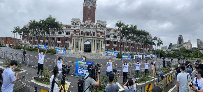 國民黨團自昨(4)日起,每天上午8點半、下午1點半在總召費鴻泰、書記長鄭麗文帶領黨籍立委,在防疫警戒三級規定下,分別前往總統府與CDC發動「我要疫苗 台灣要活命」快閃活動