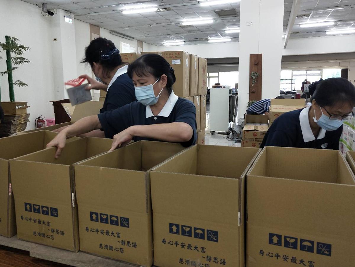 慈濟與南投縣府提供弱勢學童家庭物資打包配送