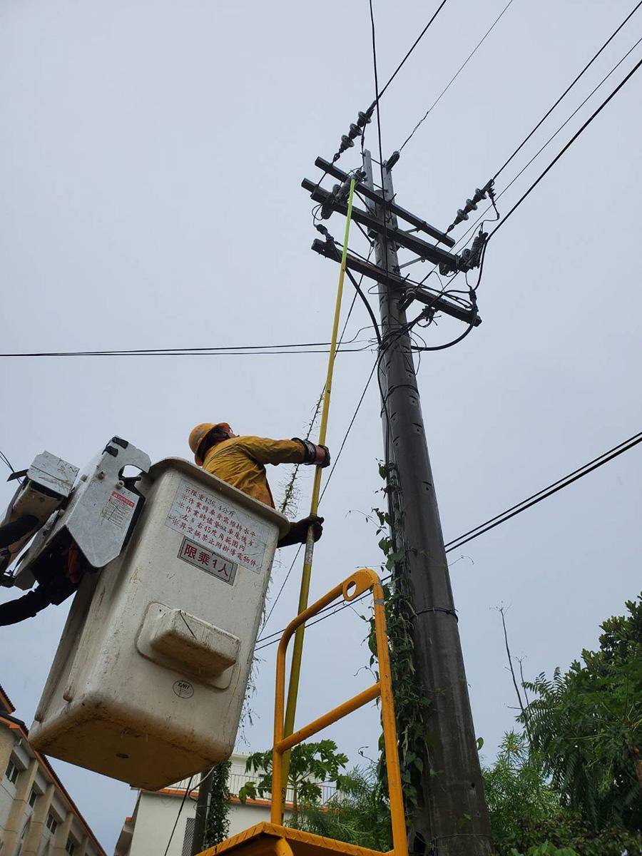 今(12)日上午台電針對蘭嶼停電事故持續搶修。