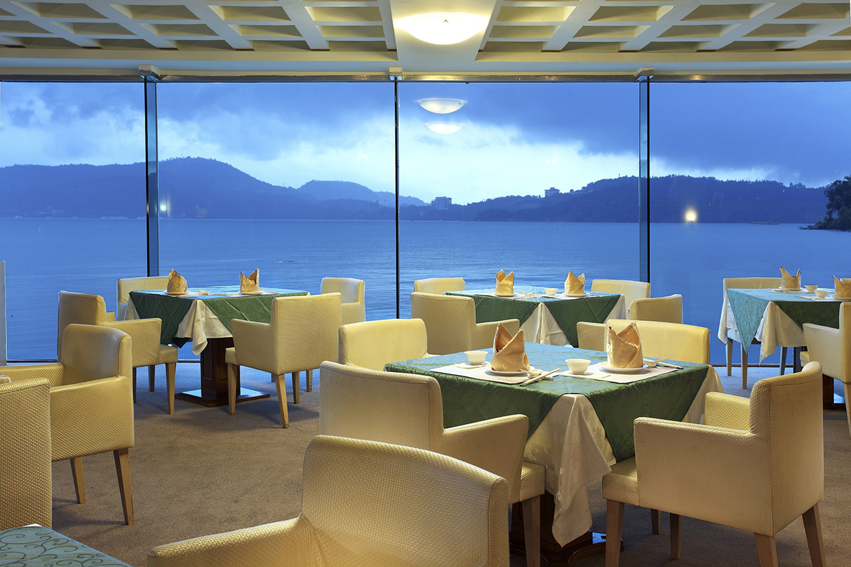 力麗儷山林會館的魚藻餐廳有大片落地玻璃直接面向日月潭的湖景
