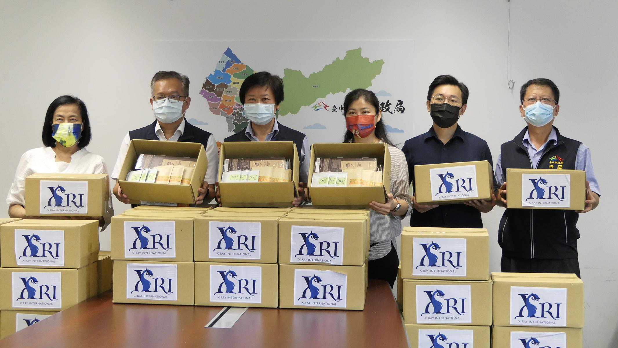 比利時愛瑞國際驗證公司呂腕菁偕同賴慕芬捐贈1500份禮品 慰勉中市一線防疫人員辛勞 。圖:宋佳景 攝