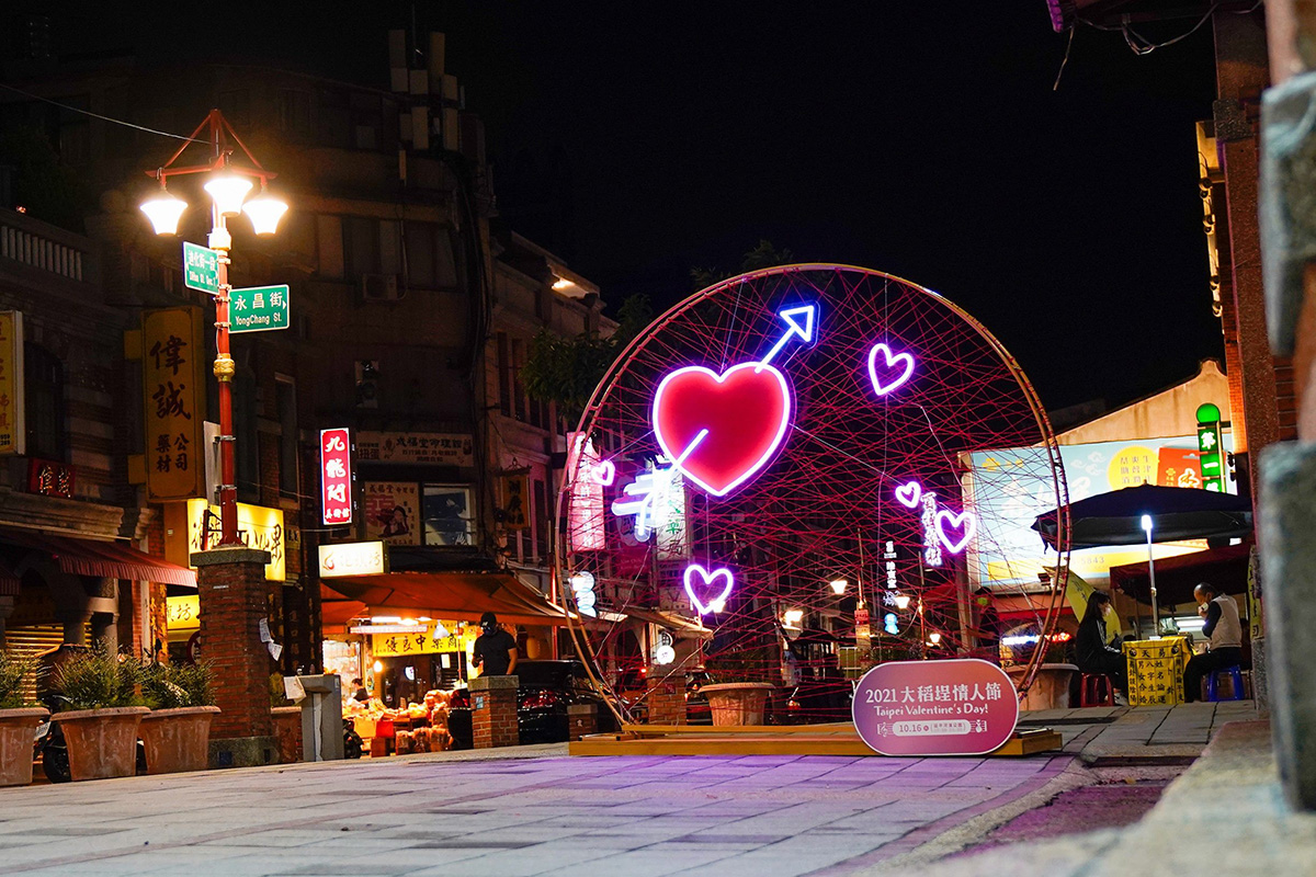 在永樂廣場及大稻埕公園可遇見大稻埕情人節活動限定拍照打卡裝置物,每日亮燈時間下午5時至9時。