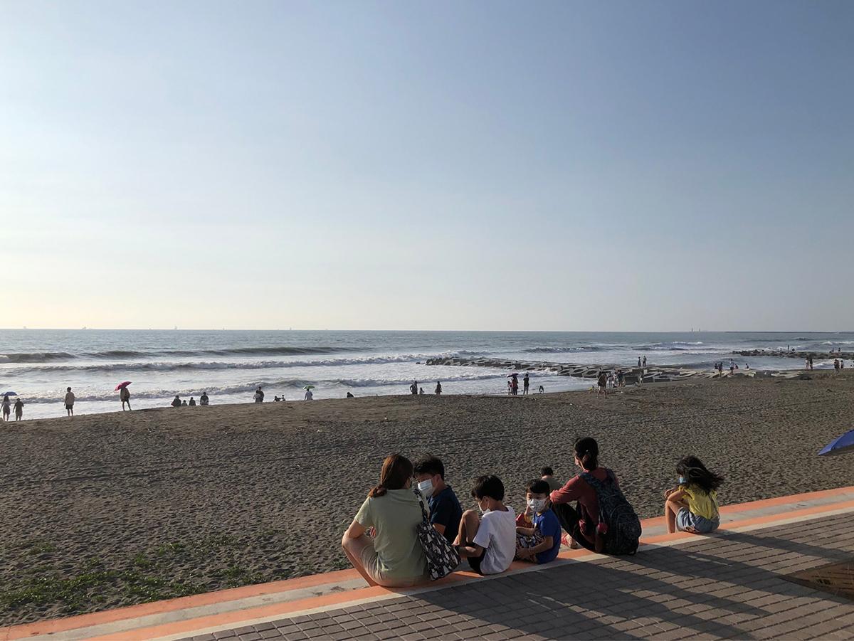 許多名種席地而坐欣賞黃金海岸美麗的海景
