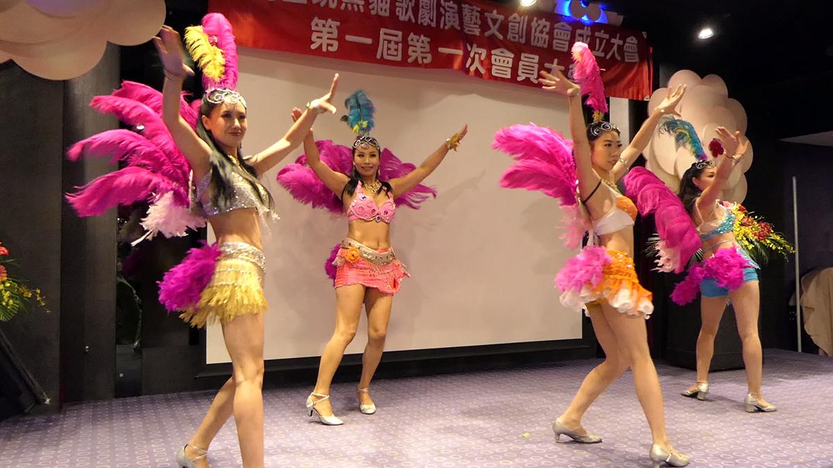 『黑貓歌舞團』最為世人津津熱道,俗稱大腿舞的康康舞表演,也再次重現